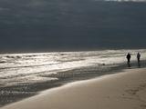 A Couple on the Atlantic Shoreline and Sunlight Reflections Fotografisk tryk af Karen Kasmauski