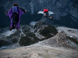 Climbers Base Jump from Half Dome and Hike Down the Back of the Mountain Fotografisk trykk av Jimmy Chin
