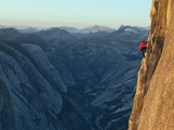 A Climber, Without a Rope, Takes on the Third Zigzag of Half Dome Premium fotografisk trykk av Jimmy Chin