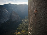 A Climber, Without a Rope, Grips an Expanse of El Capitan Fotografisk trykk av Jimmy Chin