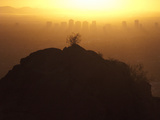 Silhouetted View of Phoenix, Arizona and a Hill at Sunset Fotografisk tryk af Karen Kasmauski