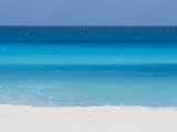 Shades of Blue Color the Beachfront Waters in Cancun, Mexico 写真プリント : マイク・タイス