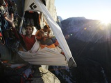 Climbers live in a portaledge when working on a route. Fotografisk tryk af Jimmy Chin