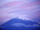 Snow-capped Mount Fuji at Sunset Fotografisk tryk af Karen Kasmauski
