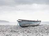 Boat at Beach in Devon Fotografie-Druck von Simon Plant