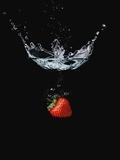 Strawberry in Water Valokuvavedos tekijänä Smith, John