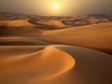 Stærk sol over sandklitter omkring Dubai Fotografisk tryk af Jon Bower