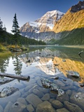 Mount Edith Cavell Reflected in Cavell Lake in Jasper National Park, Alberta, Canada. Impressão fotográfica por Josh McCulloch