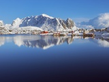 Fishing village of Reine and coastal mountains in the Lofoten Islands Fotografie-Druck von Frank Krahmer