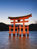 Torii Gate at the Itsukushima Jinga Shrine Reproduction photographique par Rudy Sulgan