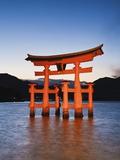 Torii Gate at the Itsukushima Jinga Shrine Fotografisk trykk av Rudy Sulgan