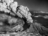 Mount St. Helens Eruption and Mount Hood Reproduction photographique par  Bettmann