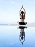 Woman Exercising on Swimming Pool Edge 写真プリント : ユッタ・クレー