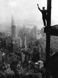Man Waving from Empire State Building Construction Site Fotografie-Druck