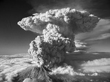 Mt. St. Helens Erupting Reproduction photographique par  Bettmann