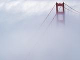 Golden Gate Bridge Tower Surrounded by Fog Impressão fotográfica por Roger Ressmeyer