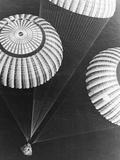 Apollo 17 Parachuting into Pacific Premium-Fotodruck von Bob Flora