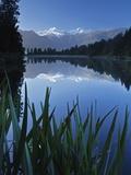 Lake Matheson, Mount Tasman and Mount Cook, Westland Tai Poutini National Park, New Zealand Fotografisk tryk af Jochen Schlenker