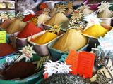 Spices on Stall in Market of Souk Jara, Gabes, Tunisia, North Africa, Africa Fotografie-Druck von Dallas & John Heaton