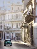Old American Car Driving Along Quiet Street in Havana Centro, Havana, Cuba Fotografie-Druck