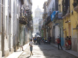 Typical Residential Street in Havana Vieja, Havana, Cuba Reproduction photographique par Lee Frost