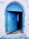 Blue Painted Doorway With Wooden Door, Chefchaouen, Morocco, North Africa, Africa Fotografisk tryk af Guy Edwardes