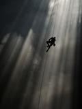 A Climber Ascends Loong Con Fotografisk tryk af Peter Carsten