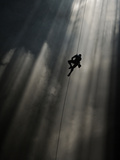 A Climber Ascends Loong Con Fotografie-Druck von Peter Carsten