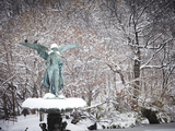 Angel of the Waters Fountain in Central Park after a Snow Storm Fotografisk tryk af Keith Barraclough