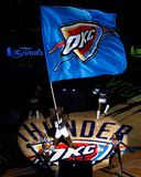 Oklahoma City, OK - June 12: The Oklahoma City Thunder mascot waves a flag at center court Foto af Mike Ehrmann