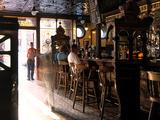 Inside the Crown Bar in Belfast Opspændt lærredstryk af Chris Hill