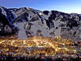 The Mountain Town of Aspen, Colorado, at Dusk in the Winter Premium fotografisk trykk av Robbie George