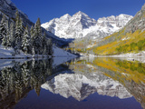 The Maroon Bells Casting Reflections in a Calm Lake in Autumn Stampa fotografica di Robbie George