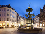 Restaurants and Fountain at Dusk, Armagertorv, Copenhagen, Denmark, Scandinavia, Europe キャンバスプリント : フランク・フェル