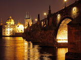 Charles Bridge over the River Vltava at Night, UNESCO World Heritage Site, Prague, Czech Republic,  Impressão fotográfica por Hans Peter Merten