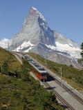 Gornergrat Railway in Front of the Matterhorn, Riffelberg, Zermatt, Valais, Swiss Alps, Switzerland Impressão fotográfica por Hans Peter Merten