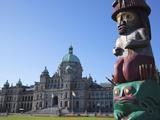 Totem Pole and Parliament Building, Victoria, Vancouver Island, British Columbia, Canada, North Ame Impressão fotográfica por Martin Child