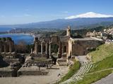 The Greek Amphitheatre and Mount Etna, Taormina, Sicily, Italy, Mediterranean, Europe Reproduction photographique par Stuart Black