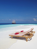 Lounge Chairs on Beach and Yacht, Maldives, Indian Ocean, Asia Fotografisk tryk af Sakis Papadopoulos