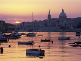 Sunrise over Msida Creek to Valletta with Dome of Carmelite Church, Valletta, Malta, Mediterranean, 写真プリント : スチュアート・ブラック