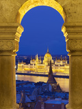 Parliament (Orszaghaz) Through Arches of Fishermen's Bastion (Halaszbastya) at Dusk, UNESCO World H 写真プリント : スチュアート・ブラック