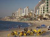 Beachfront Hotels in Late Afternoon, Tel Aviv, Israel 写真プリント : ウォルター・ビビコウ