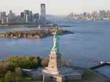 Statue of Liberty (Jersey City, Hudson River, Ellis Island and Manhattan Behind), New York, USA Fotografie-Druck von Peter Adams