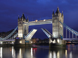 The Famous Tower Bridge over the River Thames in London Lámina fotográfica por David Bank