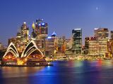 Australia, New South Wales, Sydney, Sydney Opera House, City Skyline at Dusk Fotografisk tryk af Shaun Egan