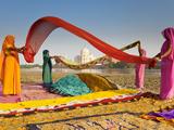 Taj Mahal, UNESCO World Heritage Site, across Yamuna River, Women Drying Colourful Saris, Agra, Utt Fotografisk trykk av Gavin Hellier