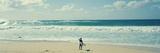 Surfer står på stranden, North Shore, Oahu, Hawaii, USA Fotografisk trykk