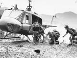 Vietnam War Hamburger Hill US Wounded Lámina fotográfica por  Associated Press