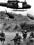 Helicopters Drop Troops Fotografie-Druck von  Associated Press