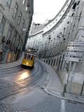 Straßenbahn in Lissabon Fotografie-Druck von Armando Franca